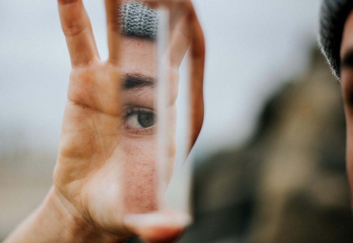 Frau schaut in ein Prisma