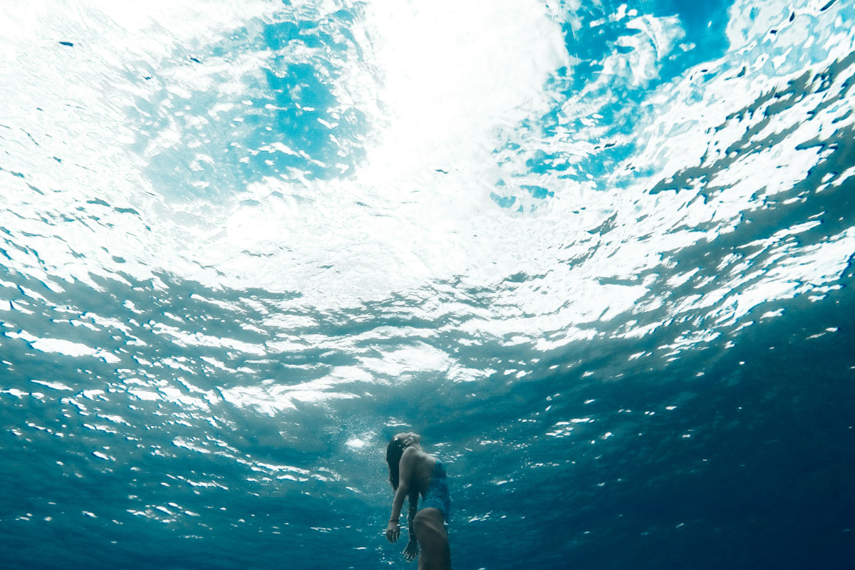 Frau taucht im Meer