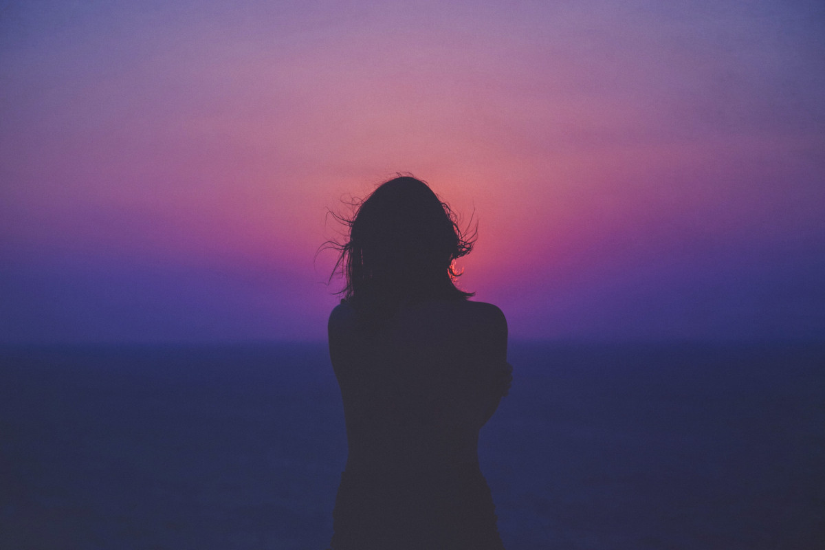 Frau schaut auf den Horizont